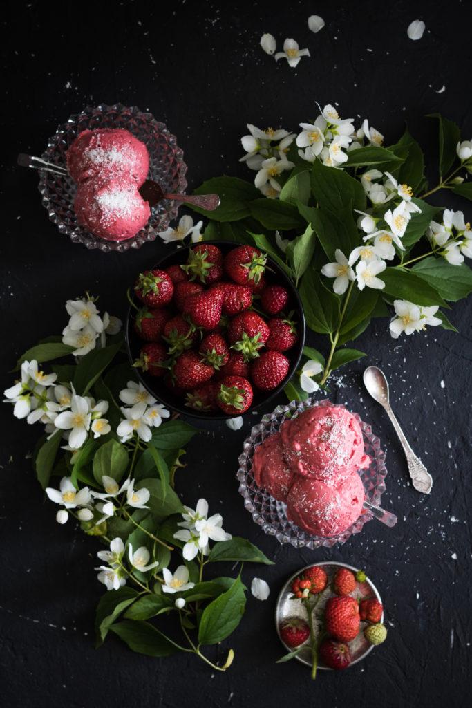 weganskie lody truskawkowe